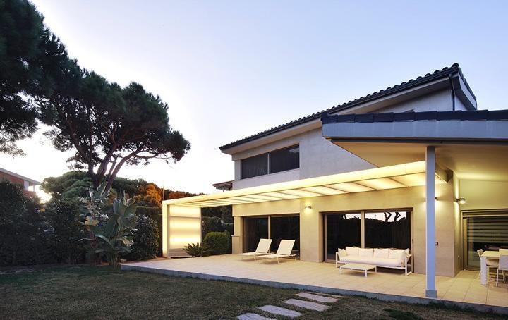 Construcci d 39 una marquesina transl cida a una casa de - Casas gava mar ...